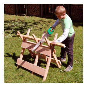 Savbuk i børnehøjde - fremstillet i samme gode gedigne kvalitet som alle andre trævare fra GreenTools Denmark. Nu kan børnene også være med til at ordne brændet