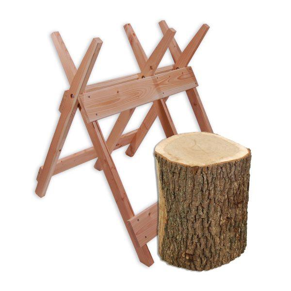 En kraftig huggeblok i egetræ og en holdbar savbuk i sejt lærketræ, så er du klar til at gå i gang med oparbejdning af brændet
