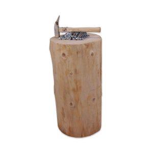 Træstub til sømspil med hammer og søm